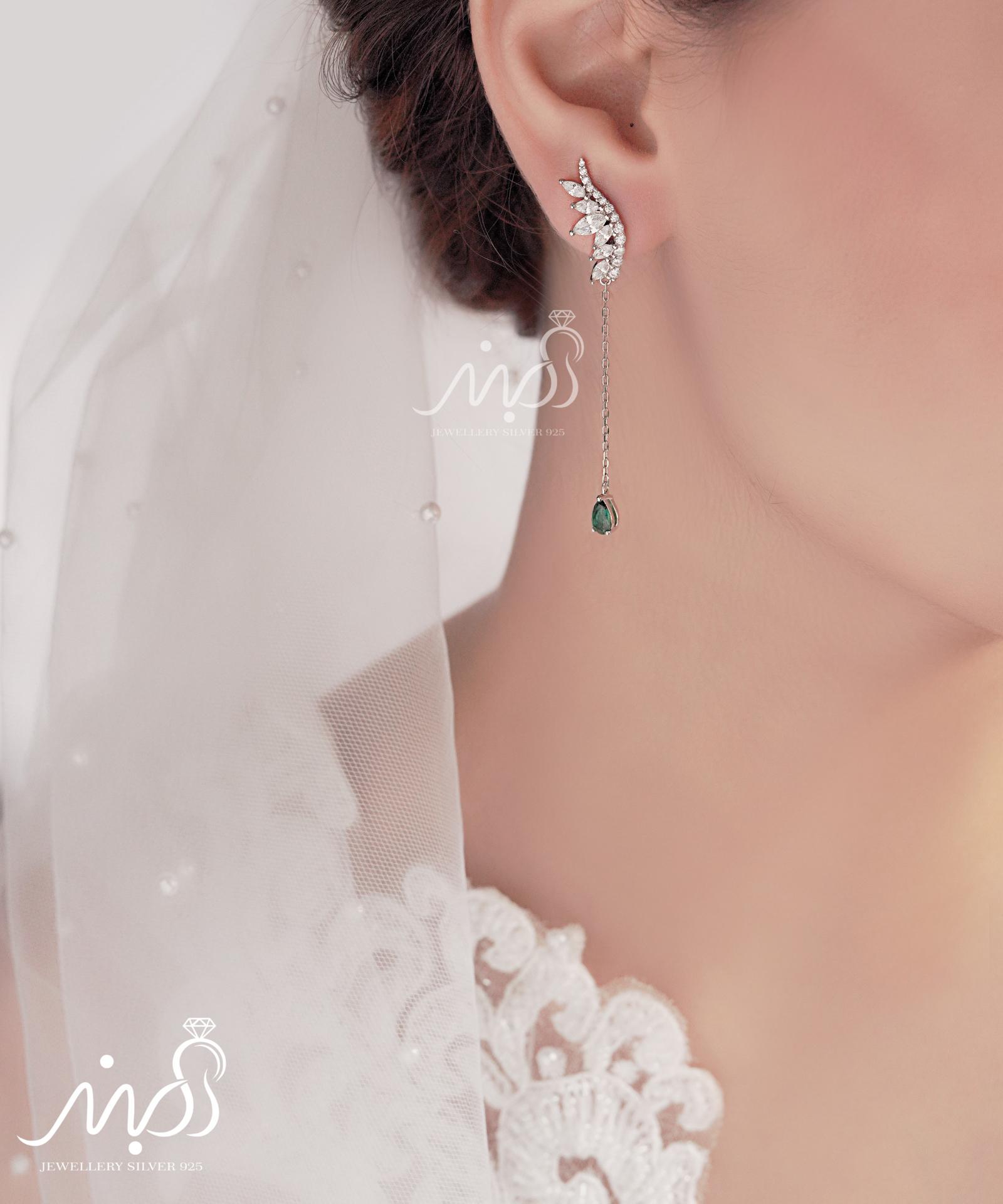 💍گوشواره جواهری لوکس ؛ لاله گوشی با آویز نگین زمرد دارای طراحی ژورنالی بسیار خاص و زیبا نقره عیار ۹۲۵ با روکش طلا سفید