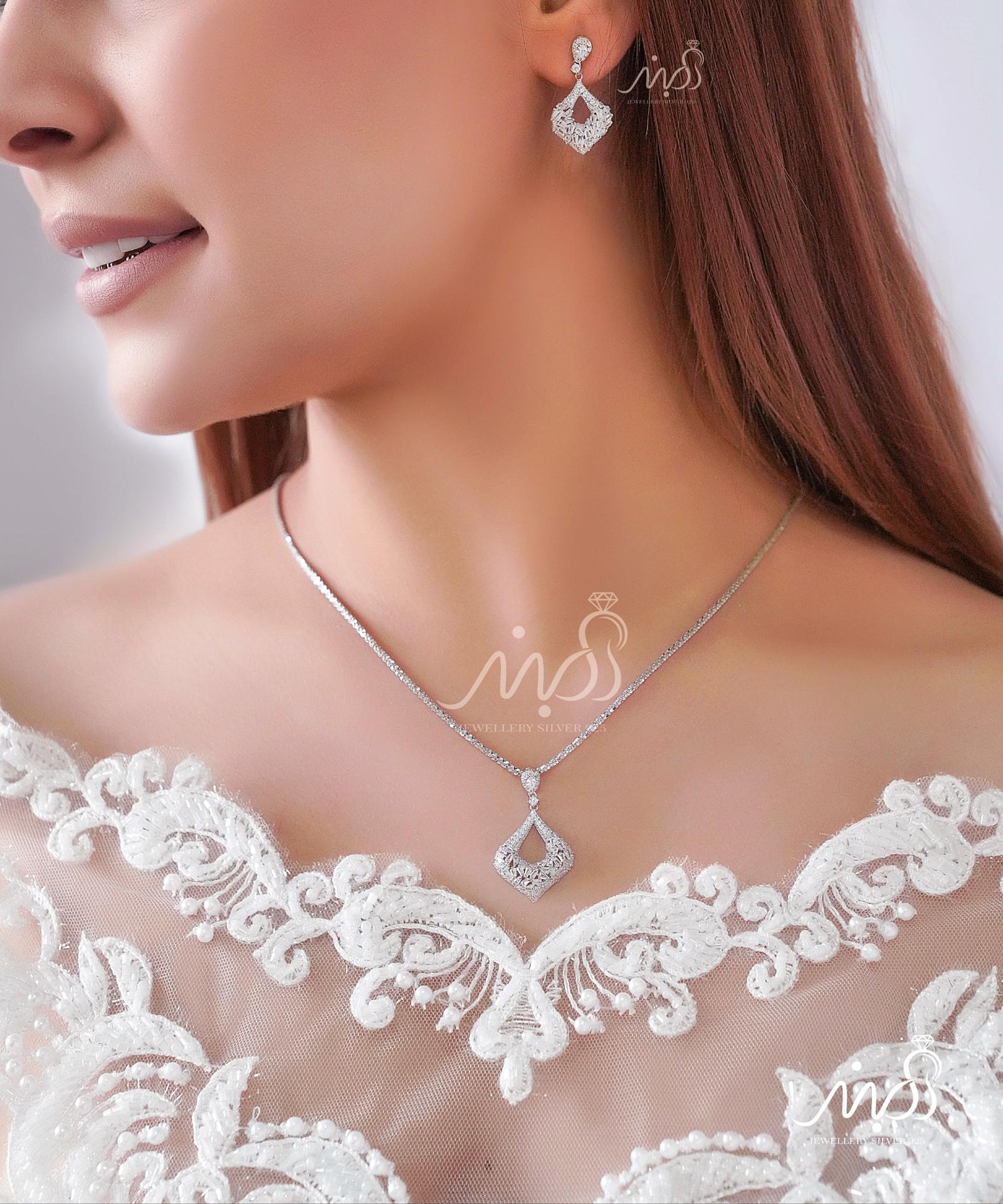 💍نیمست جواهری ظریف با نگین های ناهمگون با طراحی ژورنالی جواهرات به روز ، نگین های زیرکونیا اتریشی ؛ نقره عیار ۹۲۵ با روکش طلا سفید 