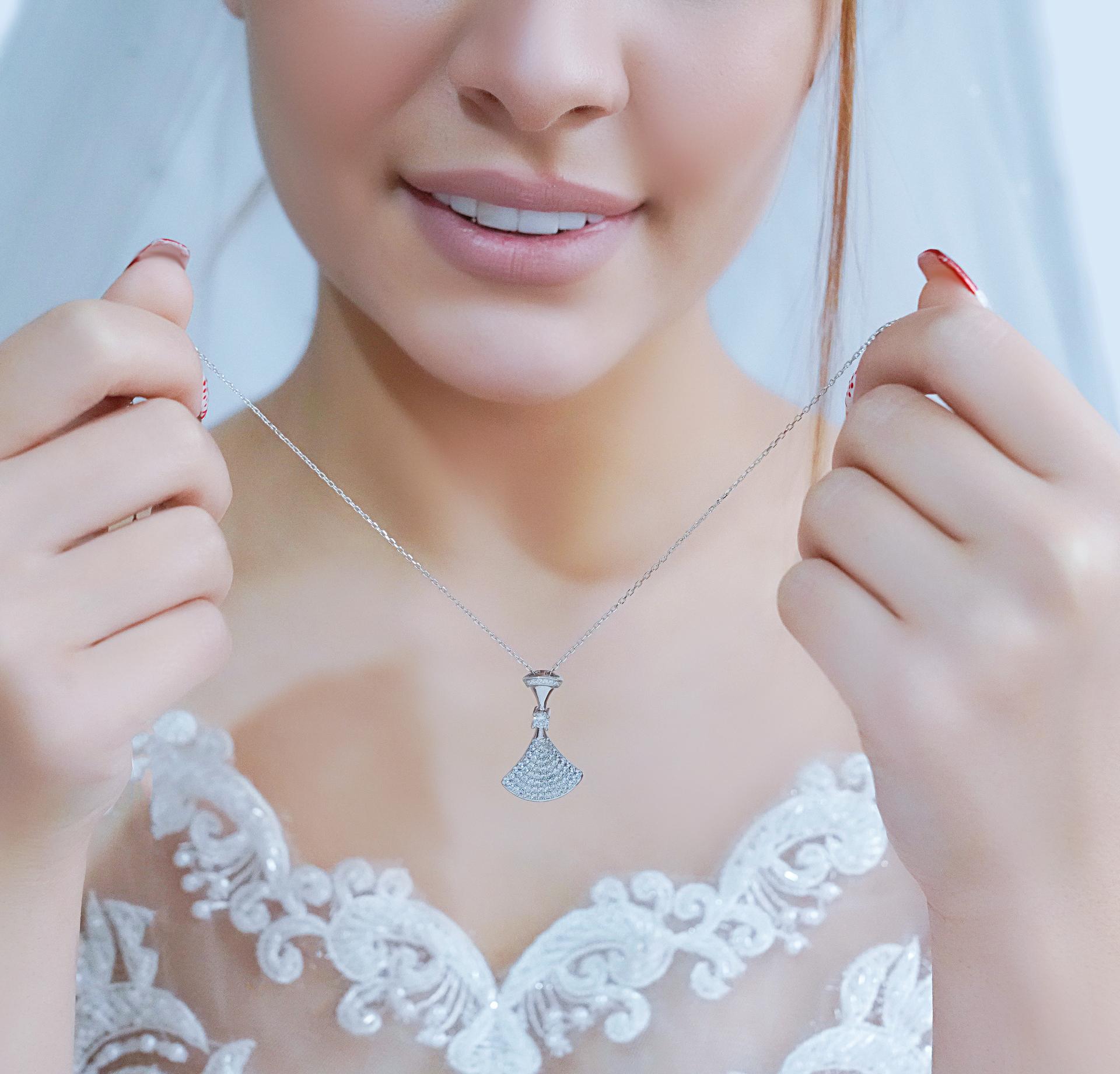 💍گردنبند جواهری بسیار خاص و زیبا بولگاری Bvlgari با آویزهای متحرک پشت گردن ،ترند جواهرات نقره عیار ۹۲۵ با روکش طلا سفید