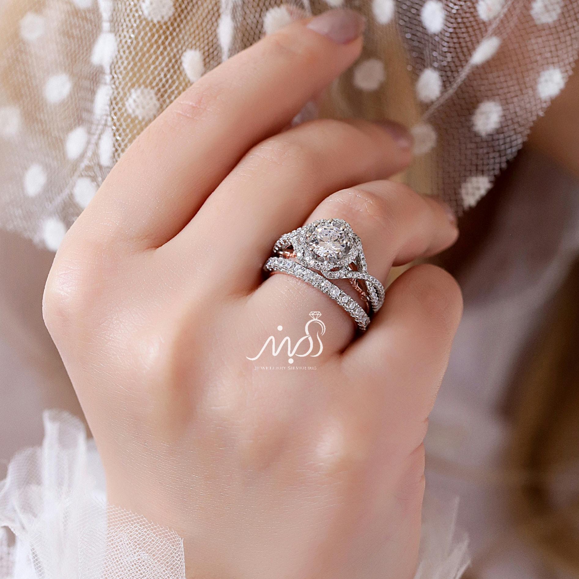 💍حلقه و پشت حلقه جواهری سولیتر با طراحی Verragio ؛ با طراحی خاص و زیبا نقره عیار ۹۲۵ با روکش طلا سفید و داخل رکاب رزگلد(P_2001)